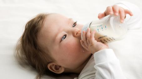 Іноді на мам, які вигодовують дитину із пляшечки, оточуючі кидають