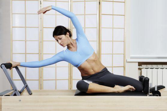 Якщо в тебе геть немає часу на вправи, тоді для тебе ефективними будуть 2 хвилини пілатесу. Намагайся виконувати вправу кожного дня, щоб відчувати при