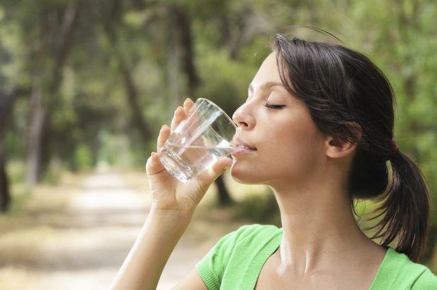 Чиста вода і теплі вітамінні напої в сезон застуд - відмінна профілактика вірусних інфекцій. Як правильно пити?