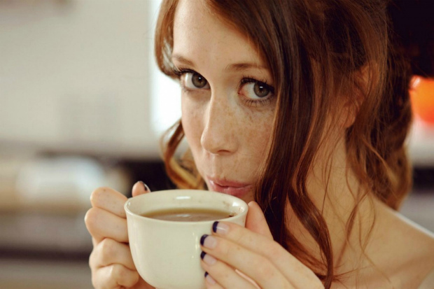 www_getbg_net_girls_girl_with_freckles_drinking_coffee_084005_.jpg (99.69 Kb)
