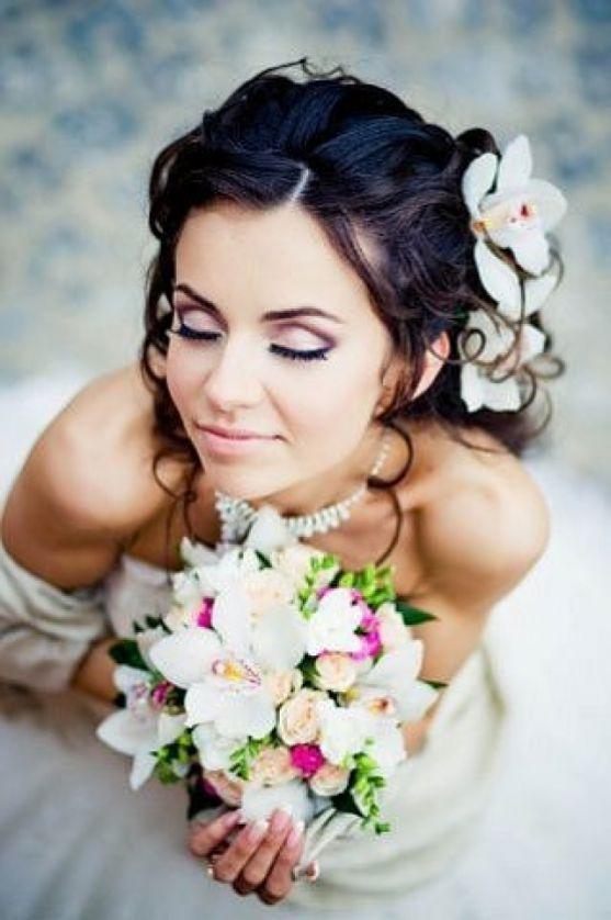 У день свого весілля не забудьте подбати і про макіяж. Він має бути особливим. Підкреслювати вашу красу, і, маскувати недоліки. Для того, аби все зроб