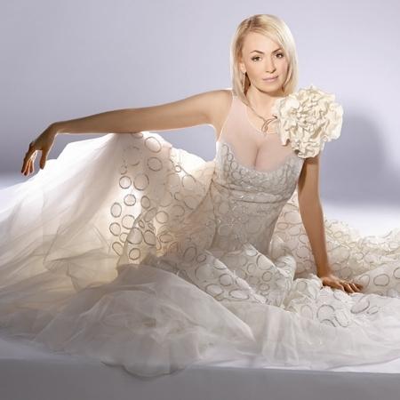 Минулий рік був багатий весільними церемоніями серед зірок шоу-бізу. 2014 лише розпочався, а вже теж відзначився вишуканими весільними сукнями. Давайт
