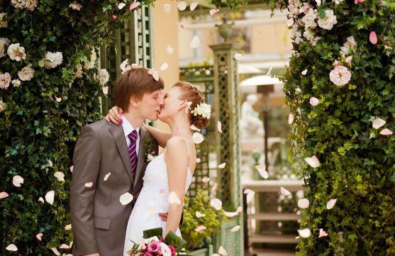 Весілля - в першу чергу свято для двох закоханих, а всі інші - це вже річ другорядна. Звісно ж, приємно коли рідні та близькі радіють за Вас, проте за