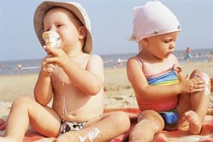 Вважається, що сонячні промені корисні всьому живому, проте тривале перебування на сонці може бути шкідливо для дитячої шкіри.