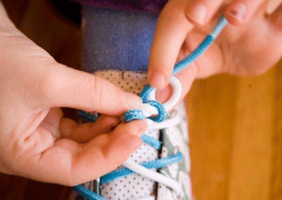 Так, зараз багато взуття на липучках, гумках і різноманітних застібках, але коли-небудь настає час, коли дитині потрібно зав'язати шнурки. І вам, як б