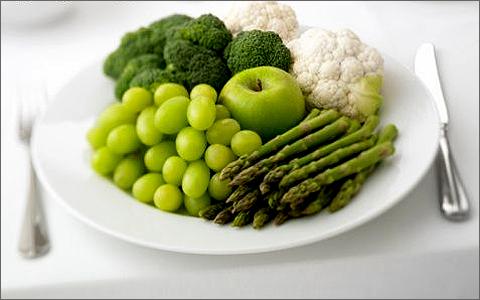 Останнім часом дуже популярною у світі стала зелена дієта. Саме вона допомогла зірковій красуні Сальмі Хайєк повернутися у форму після пологів. Суть з