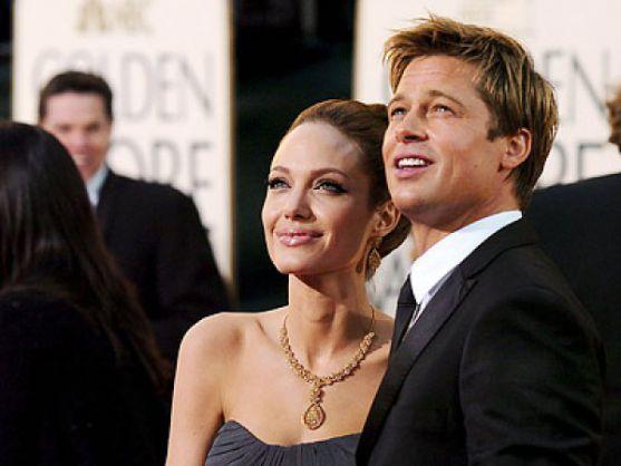 Про весілля Бреда Пітта і Анджеліни Джолі говорять уже кілька років. У той час, як акторів постійно одружують в ЗМІ, самі вони  відкладають дату одруж